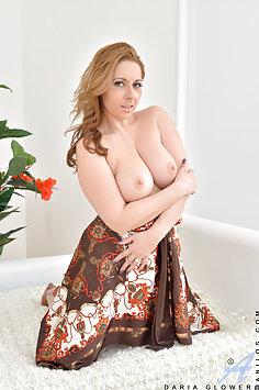 Busty MILF Daria Glower